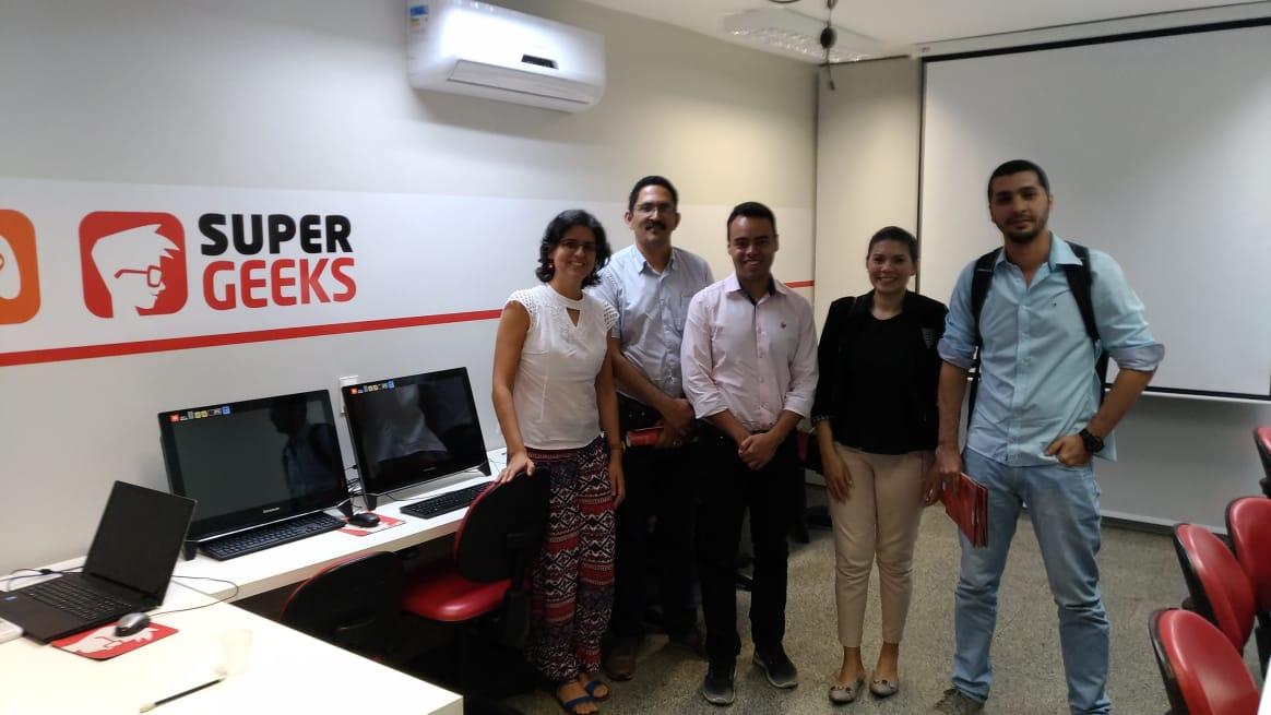 Grupo de professores no laboratório da escola SuperGeeks